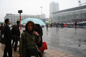 Istri saya, di depan station kereta Chengdu